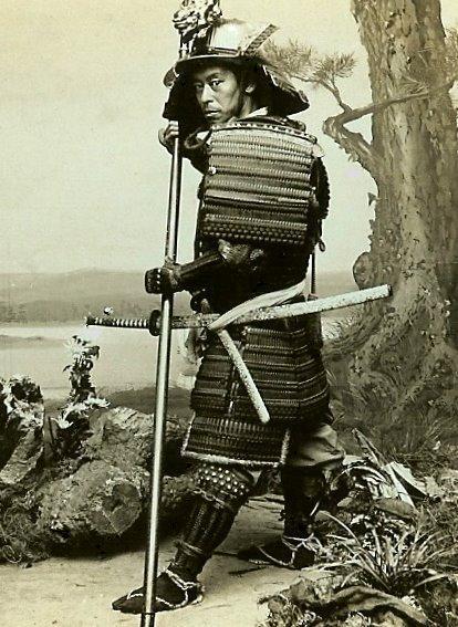 Autoretrato de Enami, hacia 1898, en su estudio de Yokohama.